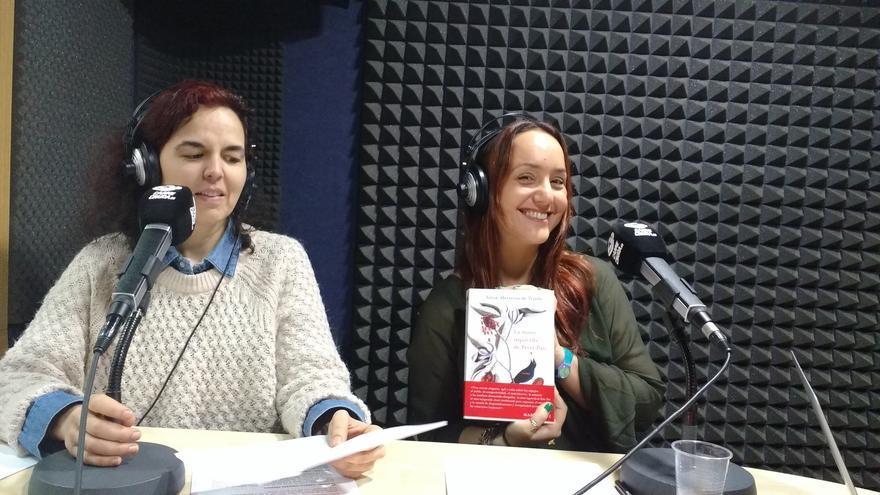 Silvia Herreros de Tejada con su primera novela junto a Silvia Nanclares