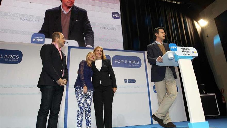 Juan José Cardona, María Australia Navarro y Mercedes Roldós, escuchando la intervención de José Manuel Soria. EFE/Elvira Urquijo A.