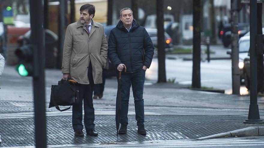 Xabier Sánchez Robles y su abogado, Javier Beramendi, llegado al Palacio de Justicia