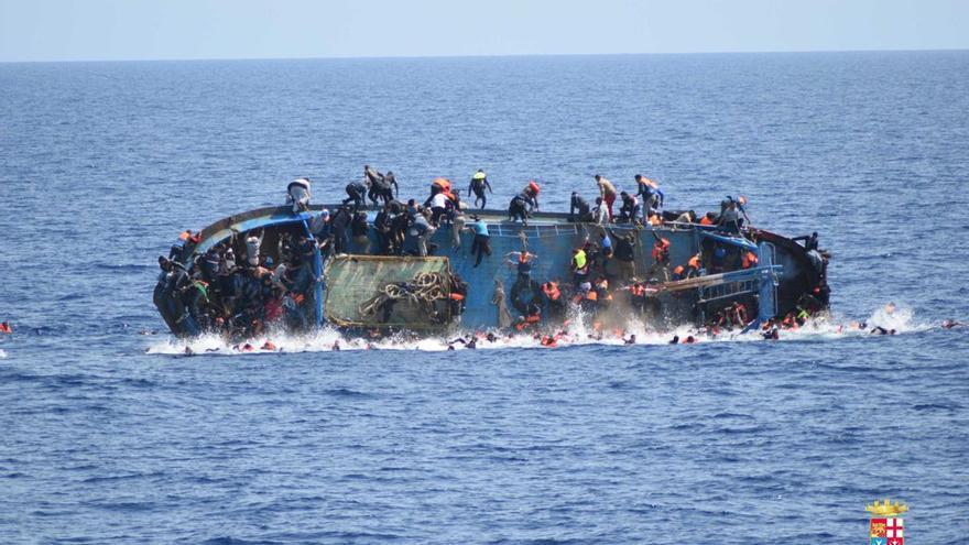 Una embarcación con cerca de 600 migrantes y refugiados a bordo vuelca cuando la Marina Militar italiana iba a proceder al rescate.   Marina Militar italiana