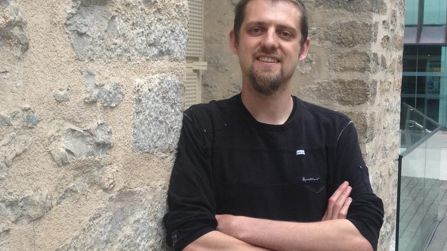 El investigador Florent Marcellesi en el exterior del Museo Bibat de Vitoria.