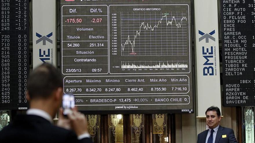 El IBEX espera con poco volumen y un descenso del 0,38 por ciento la opinión de la CE