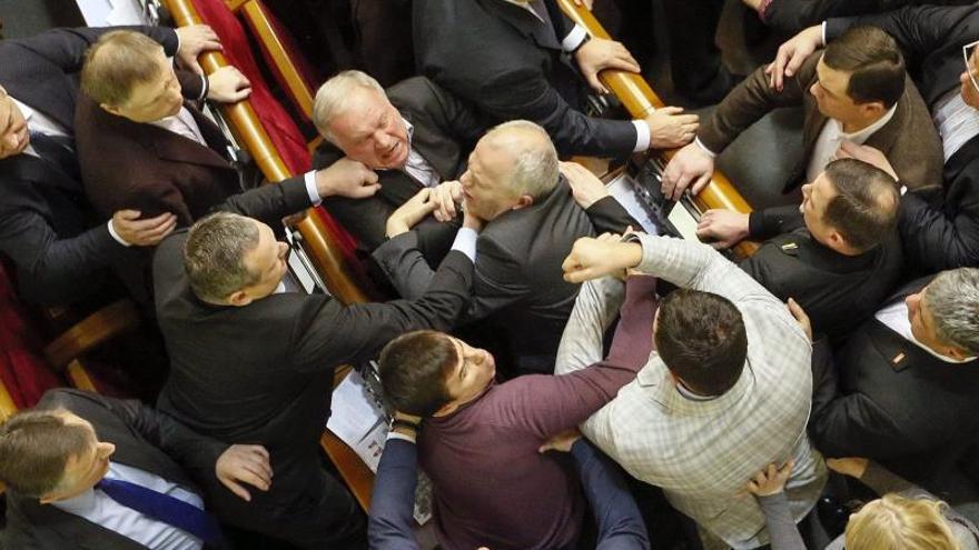 Parlamento ucraniano aprueba los presupuestos pese al bloqueo de la oposición