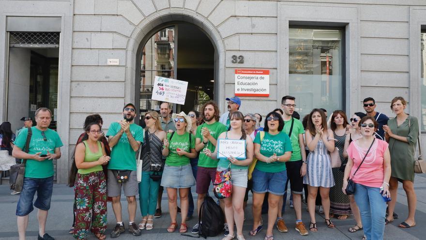 Opositores a profesor de Secundaria de Madrid se manifiestan frente a la Consejería de Educación el 30-7-2018. / Marta Jara
