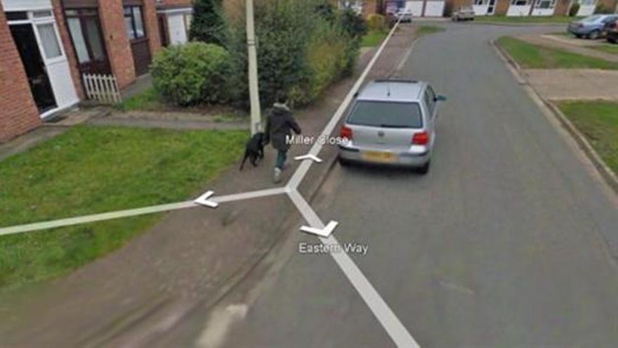 Wendy Southgate pasea a su perro en Google Street View