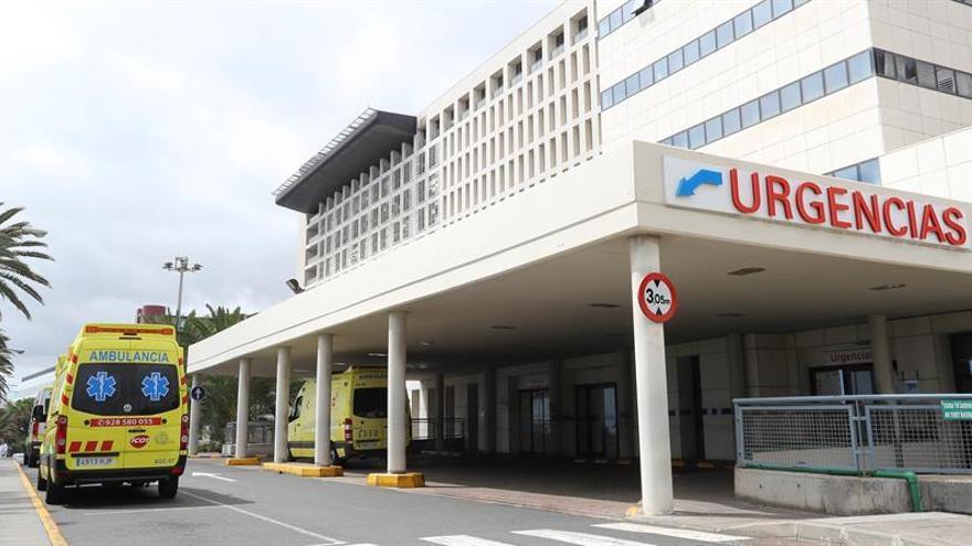 Varias ambulancias en la puerta de Urgencias del Hospital Universitario Insular de Gran Canaria