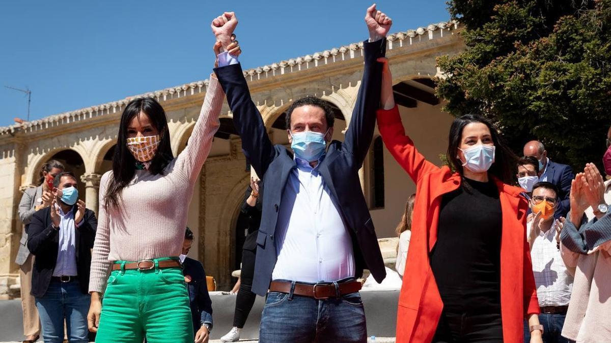 Inés Arrimadas con Edmundo Bal y Begoña Villacís en la apertura de campaña, en la madrileña plaza de Ópera