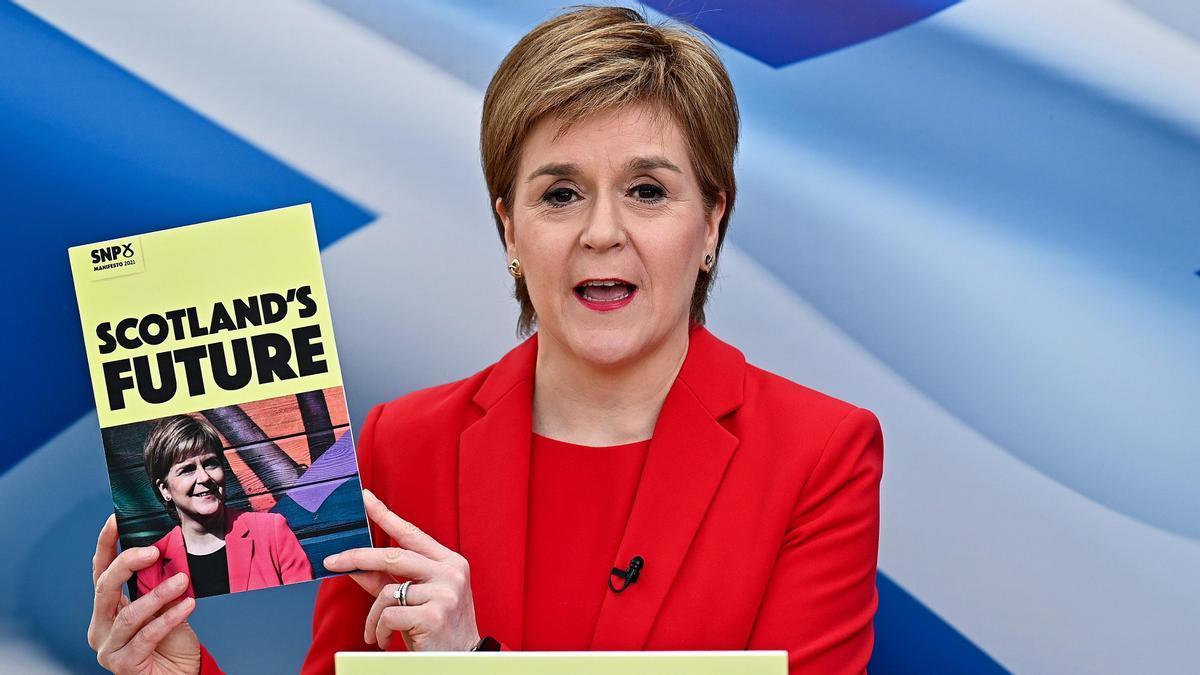 La primera ministra escocesa, Nicola Sturgeon, muestra el programa electoral de su partido para los comicios de este jueves