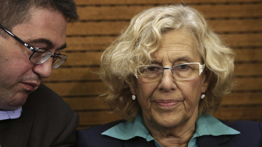 ESPAÑA AYUNTAMIENTO MADRID:GRA064. MADRID, 17/09/2015.- La alcaldesa de Madrid, Manuela Carmena, junto al concejal de Economía y Hacienda, Carlos Sánchez Mato (i), durante la rueda de prensa ofrecida hoy en el Ayuntamiento de la capital para hacer balance de los primeros cien días de Gobierno, en un acto en el que ha estado acompañada todos los concejales de su equipo. EFE/Zipi