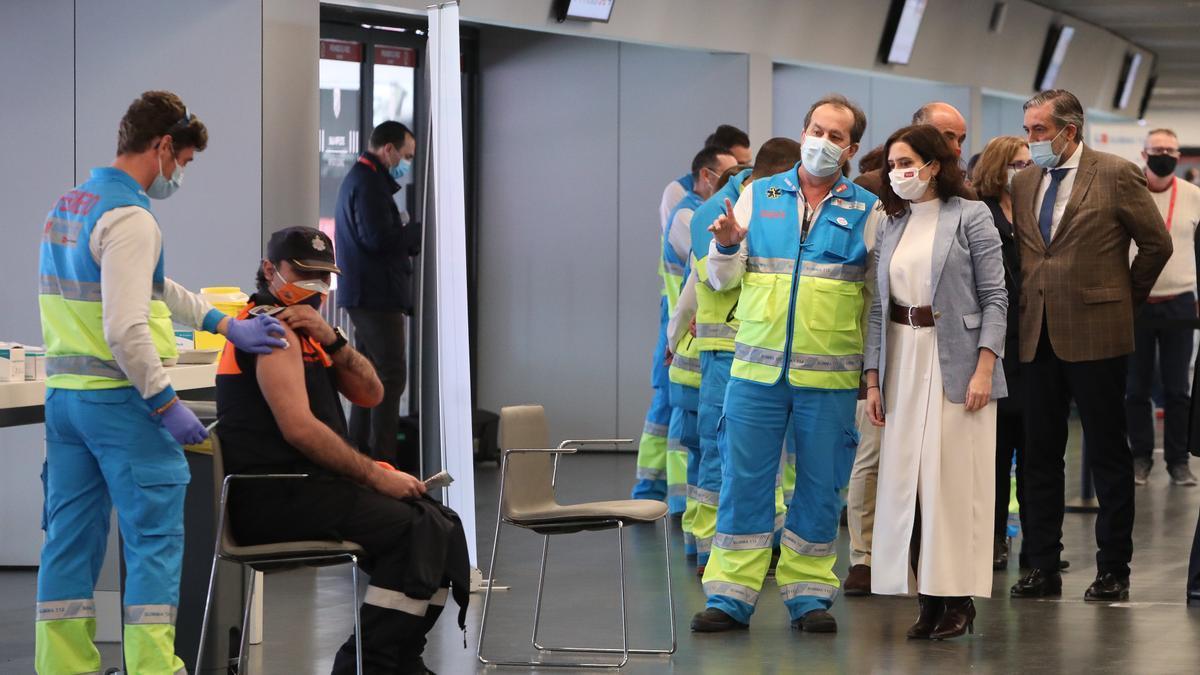 La presidenta de la Comunidad de Madrid, Isabel Díaz Ayuso habla con profesionales del SUMA 112 en el punto de vacunación contra el Covid-19.