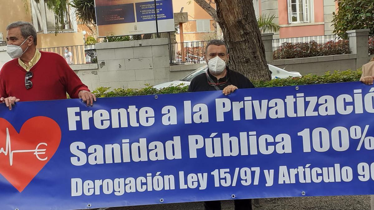 Protesta en contra de la privatización de la sanidad en Canarias.