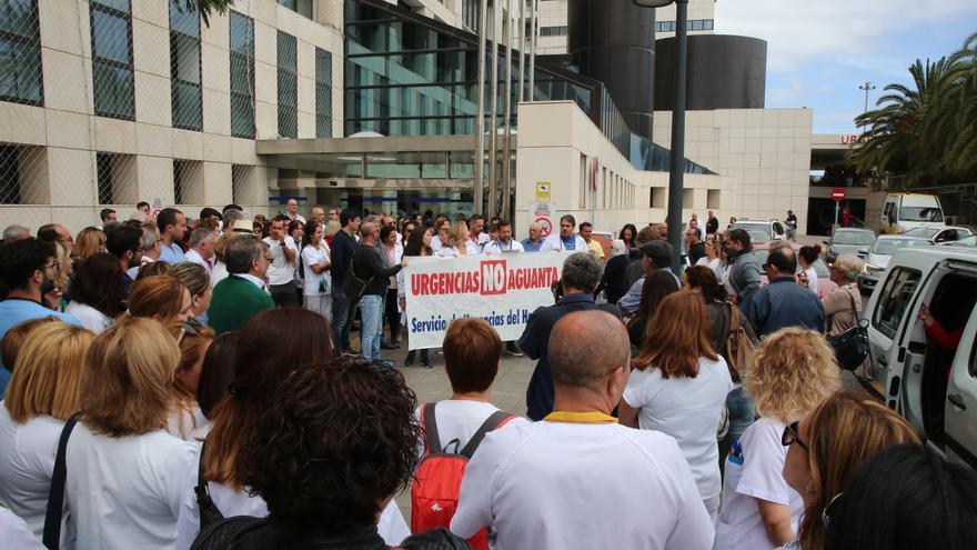 Concentración de trabajadores y usuarios del Hospital Insular de Gran Canaria. (ALEJANDRO RAMOS)