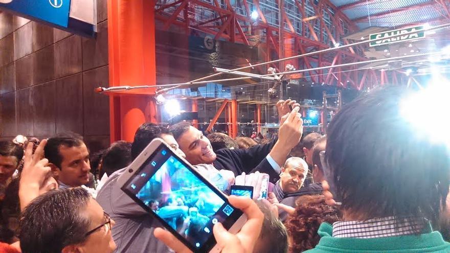 Pedro Sánchez haciéndose selfies en Málaga / Foto: N.C.
