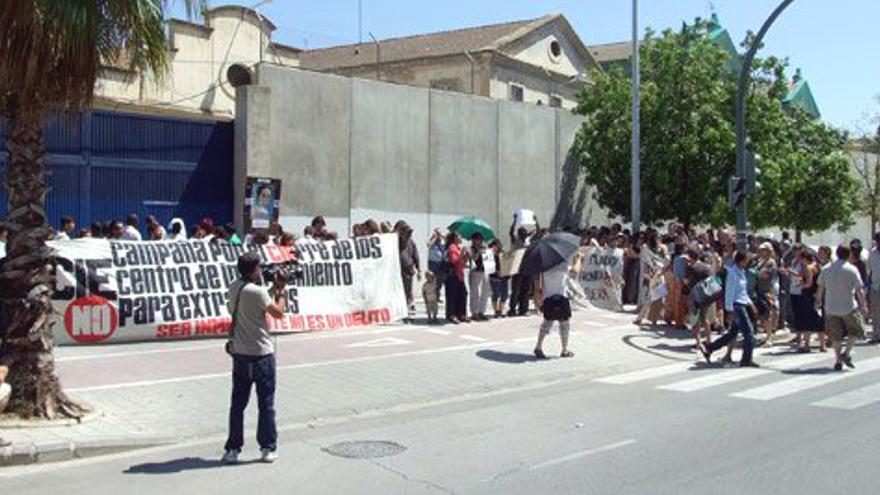 Protesta ciudadana ante el CIE (Centro de Internamiento de Extranjeros) de Valencia