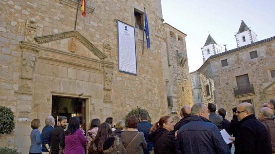La Diputación cacereña recuerda a las víctimas con una esquela gigante