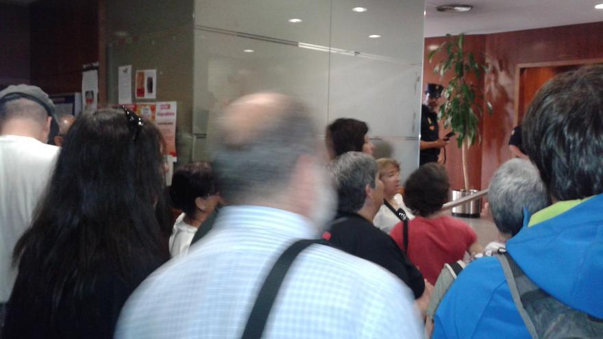 Un grupo de personas ocupa una oficina de empleo en Valencia
