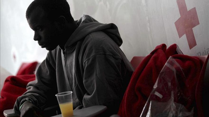 Rescatan a 15 inmigrantes en una lancha en aguas del Estrecho