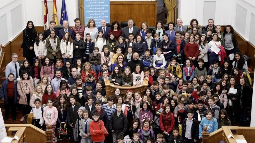 """Escolares proponen en las Cortes de Castilla-La Mancha las vacunas para combatir al """"violentovirus"""" de las aulas"""
