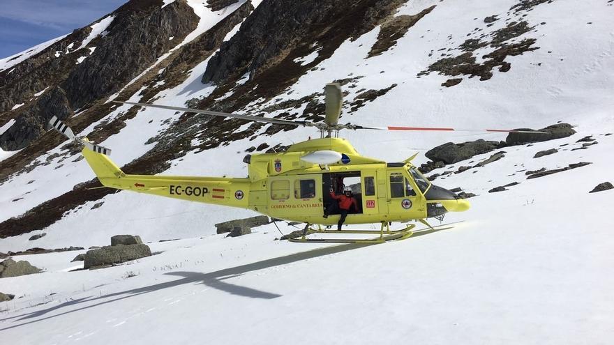 Rescatado en helicóptero un montañero con la pierna rota tras caer 250 metros por el Pico Tres Mares