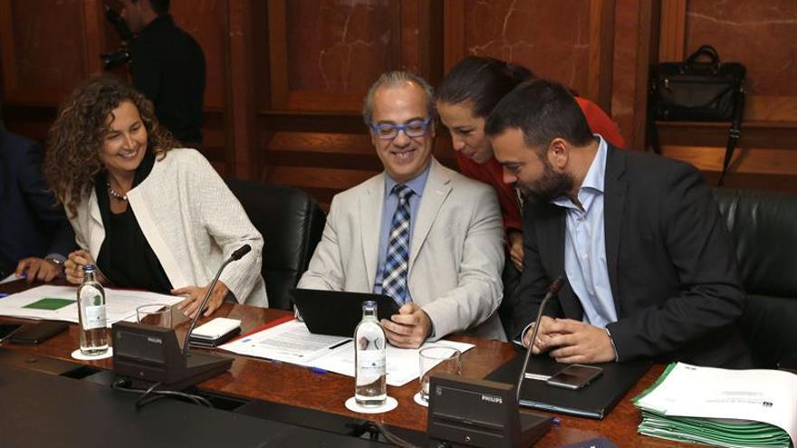Los consejeros del Gobierno de Canarias, de Obras Públicas, Onelia Chacón (i); de Sanidad, Jesús Morera (2i); y de Presidencia, Aarón Afonso (2d), y la vicepresidenta, Patricia Hernández (2d), durante la reunión del Consejo de Gobierno celebrada hoy en Las Palmas de Gran Canaria.