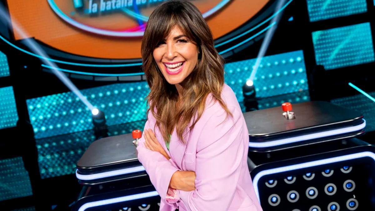 Nuria Roca posa en el plató de su programa 'Family Feud'