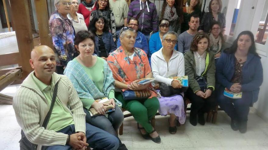 En la imagen, el grupo que ha obtenido el carné de artesano tras el correspondiente examen, con la consejera insular del área.