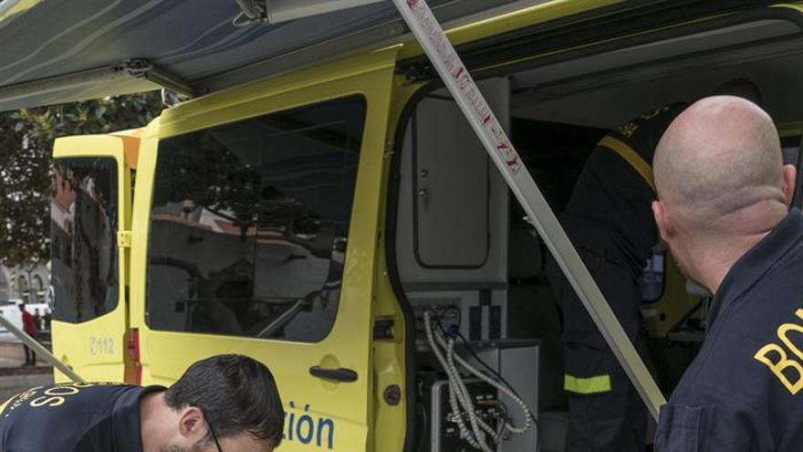 Dos bomberos de Gran Canaria, se preparan para la presentación del dispositivo de extinción de incendios forestales del Cabildo de Gran Canaria para la campaña de este verano.