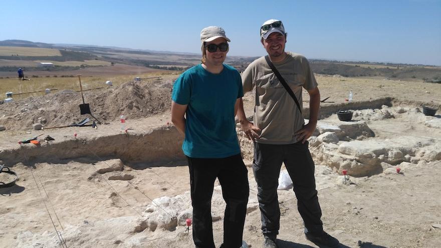 Emilio Gamo y Javier Fernández dirigen las excavaciones del yacimiento. FOTO: Raquel Gamo