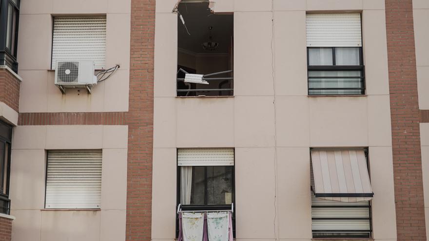 Imagen de la fachada donde ha impactado una placa metálica en el barrio de Torreforta (Tarragona)