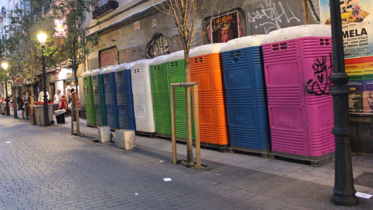 WC portátiles instalados en C/ Infantas   SOMOS CHUECA