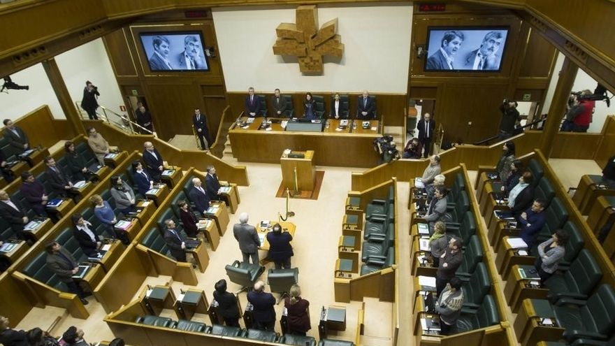 Parlamento vasco recuerda con un minuto de silencio a Fernando Buesa y Enrique Casas, asesinados por ETA
