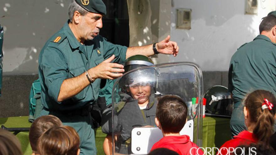 Un grupo de escolares visita la Comandancia de la Guardia Civil en Córdoba.