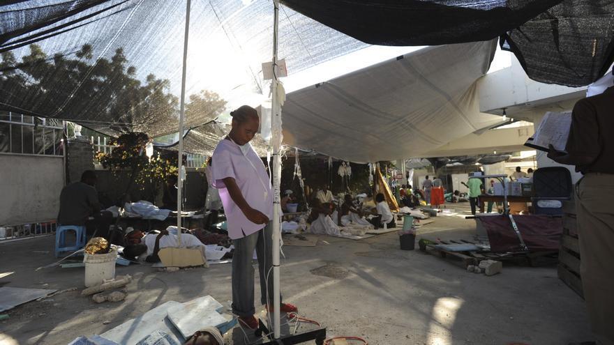 15 de enero de 2010. Debido a los graves daños en el hospital de MSF La Trinité de Puerto Príncipe, el personal de MSF tuvo que tratar, desde el primer momento, a los heridos en plena calle, en tiendas de la campaña instaladas frente al hospital. Fotografía: Julie Rémy.