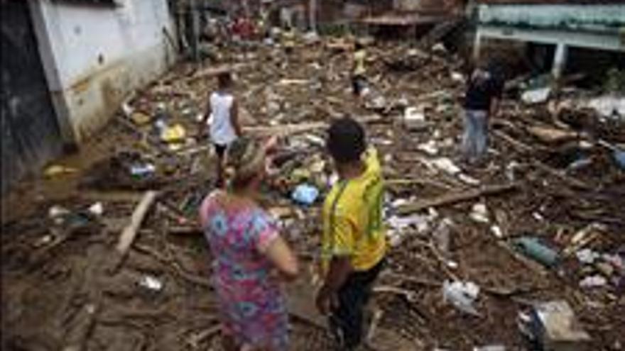 Al menos un muerto por lluvias e inundaciones en un suburbio de Río de Janeiro