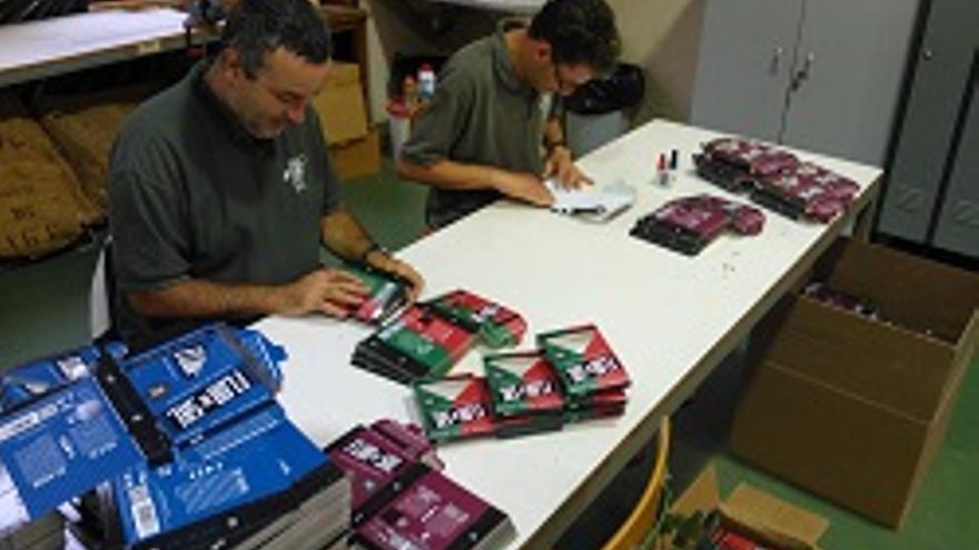 La apuesta consiste en llevar a cabo procesos de manipulado y retractilado de cajas de cartón a modo de pack.