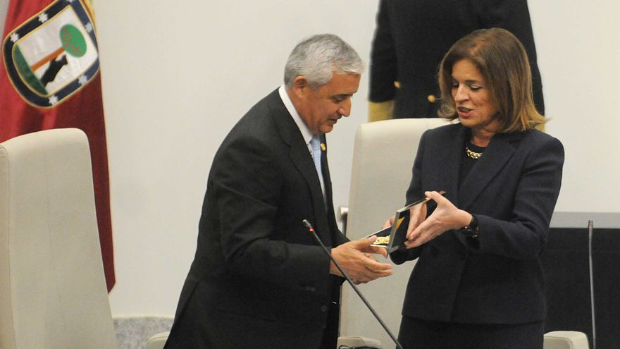 La alcaldesa de Madrid, Ana Botella, entrega la Llave de Oro de la ciudad al presidente de Guatemala, Otto Pérez Molina / Ayuntamiento de Madrid