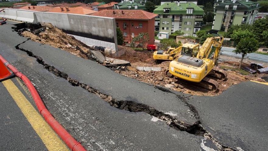 Cortan la autovía Santander-Madrid en un sentido por hundimiento de la calzada