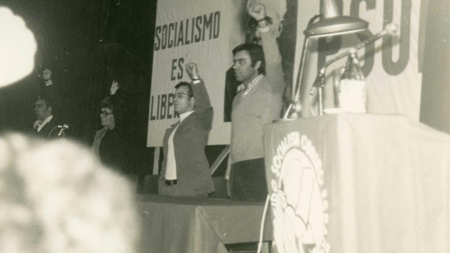 Felipe González en el mitin del PSOE en Santander el 13 de marzo de 1977.   DESMEMORIADOS