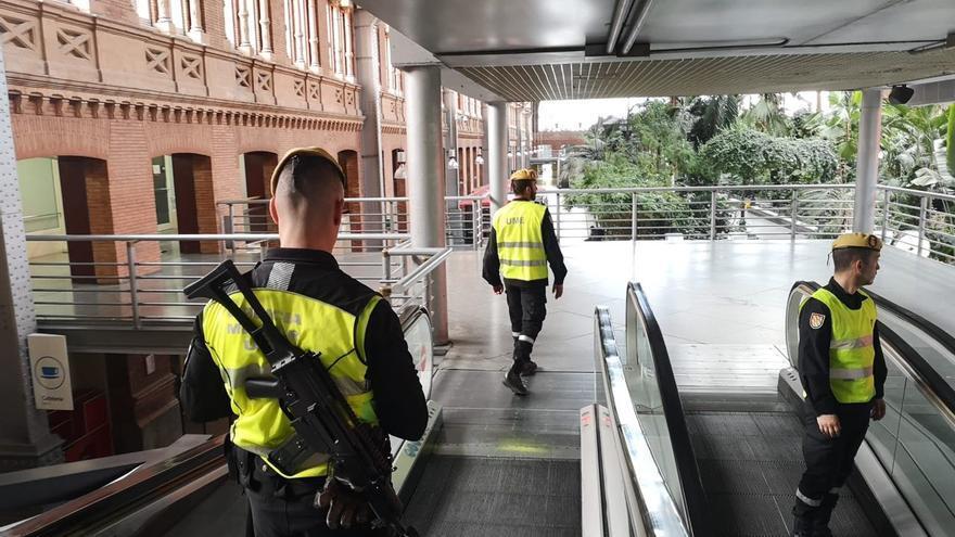 Efectivos de la UME en el interior de la estación de Atocha, en Madrid.
