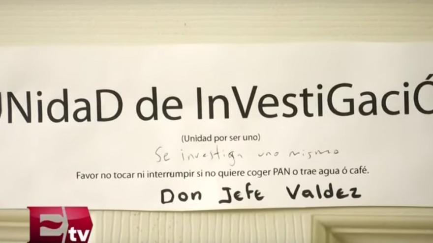 Cartel colgado a la entrada del despacho de Javier Valdez, periodista asesinado en México. Captura de Excélsior TV