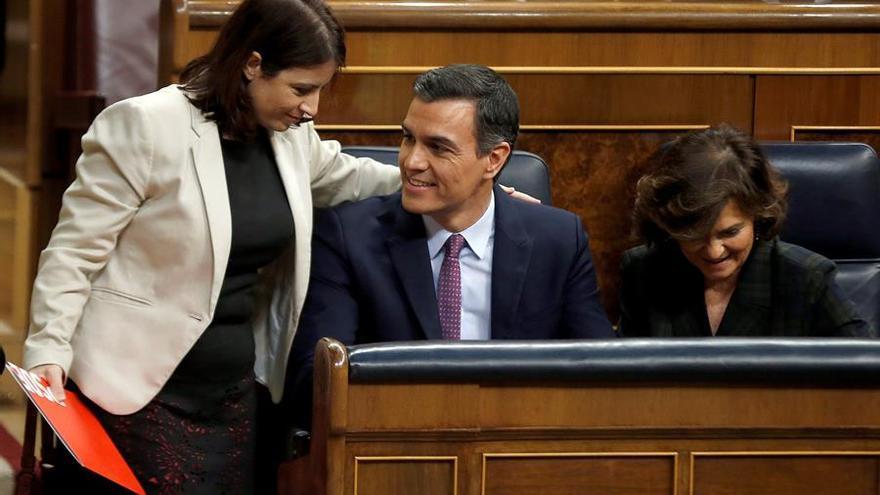 El presidente del Gobierno en funciones, Pedro Sánchez, junto a su vicepresidenta Carmen Calvo (d) y la portavoz del PSOE, Adriana Lastra (i).