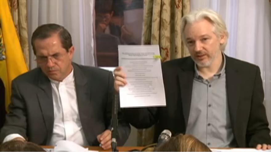 Assange, enseñando la denuncia de Human Rights Watch y la ACLU para que la Fiscalía estadounidense detenga la investigación sobre Wikileaks