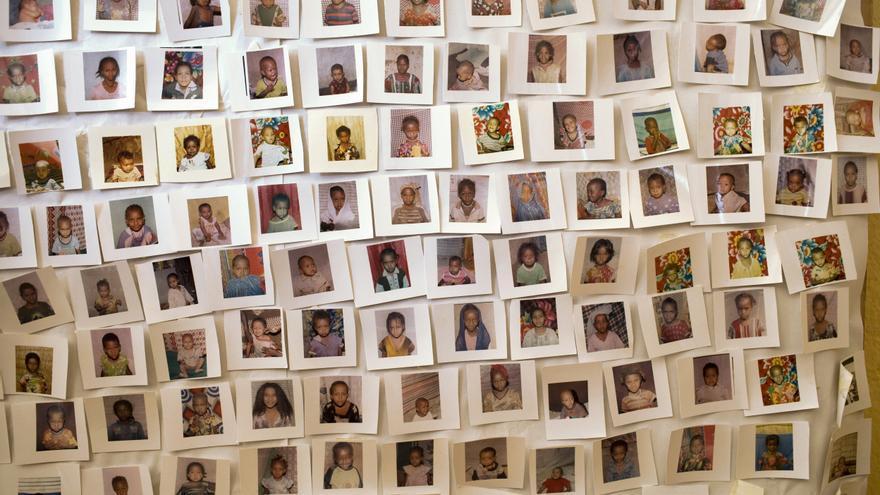 Fotografías de las niñas a las que no se les aplicó la mutilación genital femenina adornan las paredes de la organización de mujeres de Rohi-Weddu, en la región de Afar, Etiopía. | Foto: Unicef.
