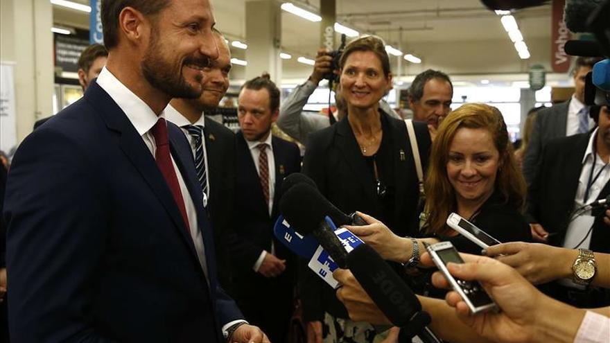 El príncipe Haakon presume del bacalao de Noruega en un mercado de Río de Janeiro