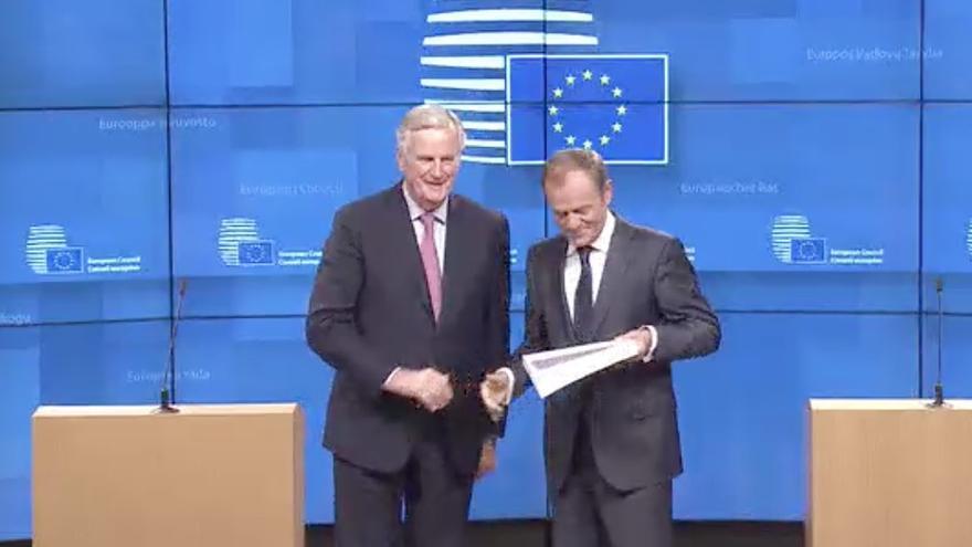 Michel Barnier entrega el acuerdo del Brexit a Donald Tusk