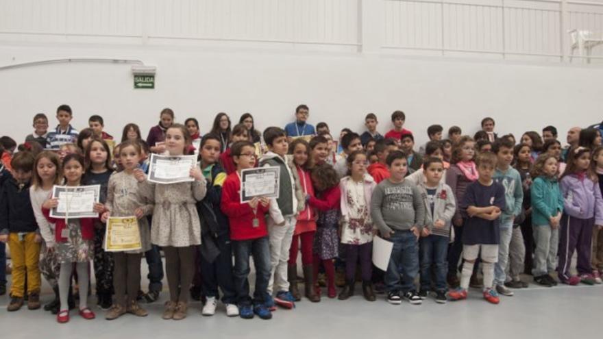 En la imagen, los nuevos campeones de ajedrez con sus diplomas.