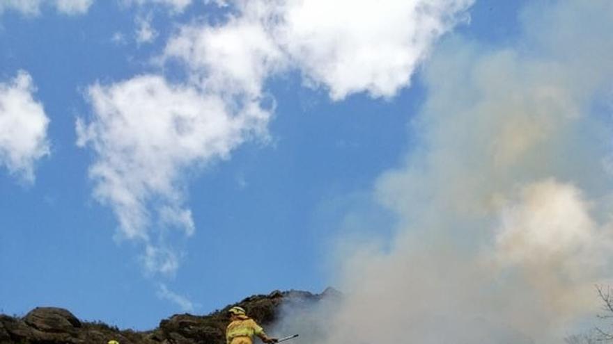 Provocados una veintena de incendios forestales en las últimas horas en 18 municipios cántabros, 5 de ellos activos