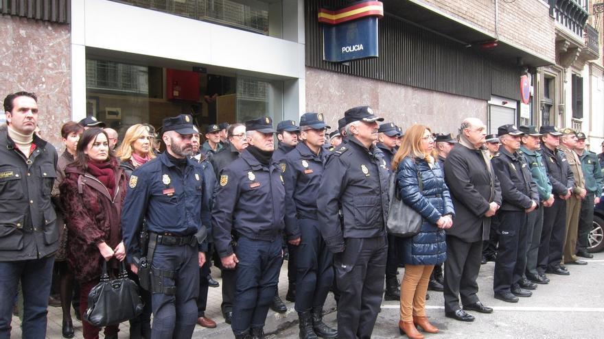 Minuto de silencio en la Jefatura de Policía en Pamplona por la muerte en Kabul de dos agentes