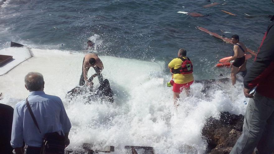 Thasos Donas y varios efectivos, en el rescate del naufragio cercano a la isla de Rodas. / Foto cedida: Eleftheria Pellou, periodista de Rodiaki