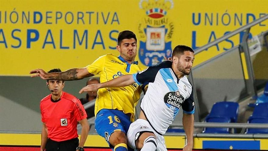 El defensa de la UD Las Palmas Aythami Artiles (i) disputa un balón con el delantero rumano del Deportivo de La Coruña Florin Andone (d), durante el partido correspondiente a la 19 jornada de Liga que ambos equipos en el estadio de Gran Canaria. EFE/Elvira Urquijo A.